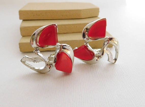 Vintage Mid-Century Red Thermoset Silver Tone Wave Clip On Earrings B2
