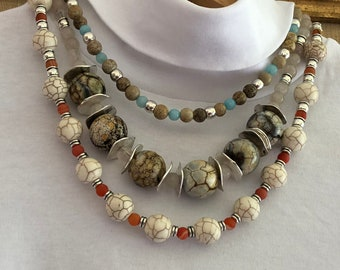 Three-strand necklace with maxi ceramic beads and matching earrings.