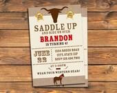 Einladung zur westlichen Geburtstagsfeier, druckbare Cowboy Sattel bis Rodeo lädt ein, Pferd, rustikal, Sheriff, benutzerdefinierte digitale Einladung, jeden Alters