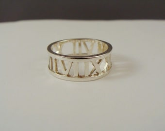 Vintage 925 Sterling Silver BAND RING Roman Numerals Cut Out Design SZ 7.5