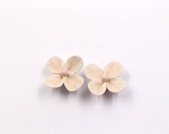 Lot de 2 Trèfles Beiges mats en Céramique  -  diam. 30mm -  pour montage de bijoux, décoration.