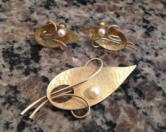 Gold Tone Leaf and Pearl Jewelry Set Brooch and Screw Earrings