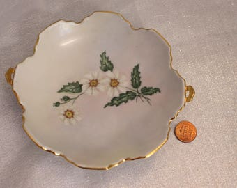 Beautiful Candy dish bowl with scalloped edges Daisy flowers signed Beidelman '71 on bottom gold edge