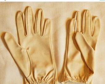 ON SALE: Vintage Ladies' Gloves - Dark Cream, Short Wrists, size 6