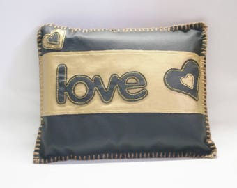 Original Coussin Deco !! LOVE !! en simili cuir Noir et Or Taille 29cm x 24cm belicious-delicious-creation