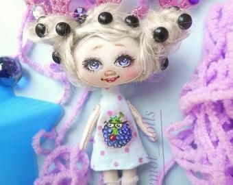blackberryA doll in a palm, a pocket doll, a key chain in a car, a gift, fruit, berries