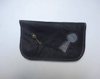 tobacco pouch leather with lock and key skull pattern