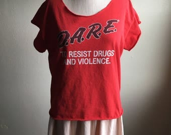 vintage dare to resist drugs and violence police propoganda cut off red t shirt