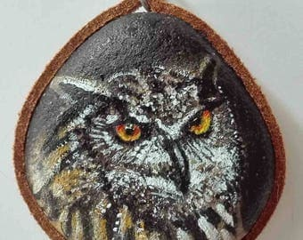 Hand painted natural stone pendant with an animal motif (owl), original and unique, craftsman work. Vegan product.