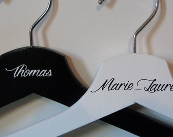 Cintre mariage. Lot de 2  cintres personnalisables.Cadeau mariage personnalisé.Cadeau témoins. Custom wedding gift .