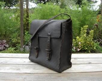 Sac métier cuir. Leather satchel. Art populaire. Leather bag. Vintage. France