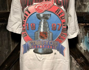 Show Me The Cup Detroit Red Wings 1997 Stanley Cup Champions Tee Shirt SZ L