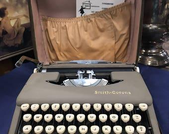Sleek*** Smith - Corona 1960's typewriter portable skyriter beige withe carry case