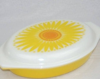 Pyrex SunFlower 1 1/2 qt Divided  Dish with Lid  Pyrex Mod Yellow