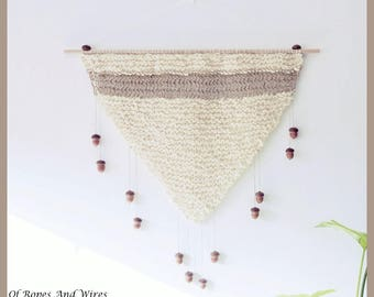 "Knit triangular wall hanging with tassels of oak ""pond"""