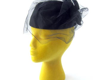 1950s Black Felt Pillbox Hat with Veil and Bow in Back / Hepburn Style / Rockabilly Style / Netting Veil / Made in USA / Wool Felt Hat