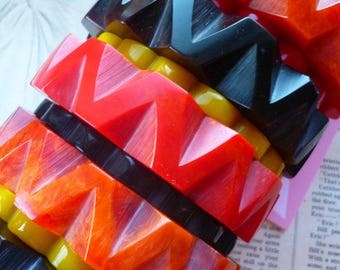 NEW! Zig-a-Zag carved 1940s bakelite inspired Fakelite chunky marbled bangle bracelets by Luxulite - Red, Orange or Black