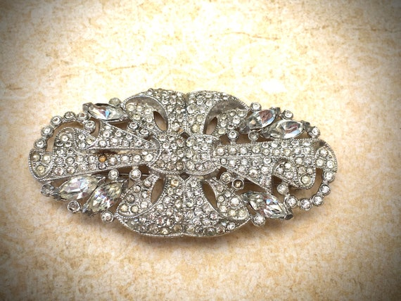 Vintage rhinestone oval brooch, featured by https://www.etsy.com/shop/JNPVintageJewelry