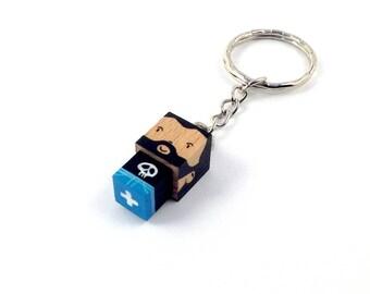 """Porte-clés Figurine cubique """"Barbu"""" t-shirt tête de mort - peinte à la main"""