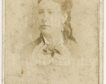CDV Photo Victorian Young Pretty Woman Girl Vignette Faded Portrait - T Attwood Birmingham England - Carte de Visite Antique Photograph