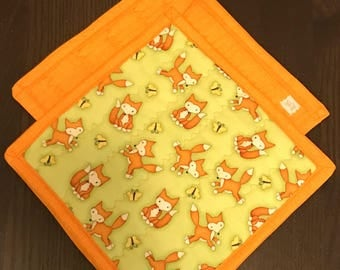 100% cotton quilted potholders in vibrant fox print.