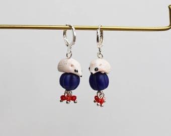 boucles d'oreilles dormeuses pendantes Léon mon hérisson sur sa perle bleue en verre du népal et mini perles verre rouges