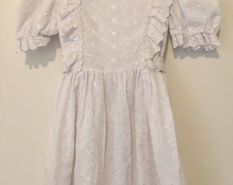 White vintage little girls dress with eyelet detailing and daisy trim. Approx size 4.