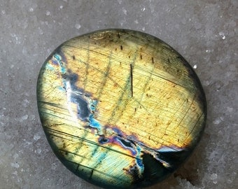 Golden yellow green Labradorite and Rainbow 165,05 Gr-quasi-rond flat Pebble