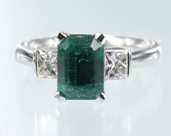 Gorgeous 18kt White Gold Natural  Emerald Ring with Natural Diamonds