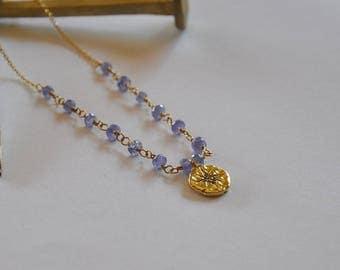 """Collier minimaliste, pierres précieuses tanzanites et médaille or sur chaine gold filled : Modèle """"Dafné"""""""