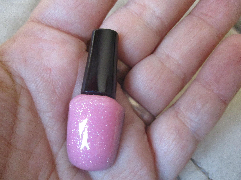 Esmalte barniz de uñas color rosa pálido forman imanes de resina con ...