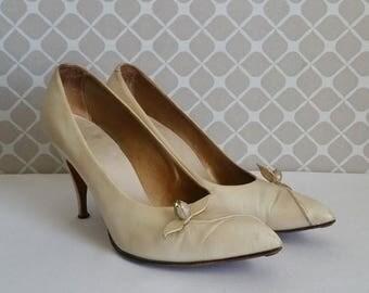 ON SALE Vintage Pearl White Heels w/ Rhinestone Flower Bud - 1960's Cream Stilettos - Vintage Bride - Off White Pumps - Size 7