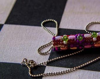 Collier court argenté, pendentif cylindre en perles tons rouges, collier bohême Gwenda'ailes