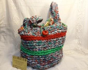 Cabas textile recyclé, panier tissu crocheté, grand sac rouge vert, corbeille tressée écologique.