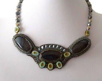 Collier agates grises brodées de perles de Bohème