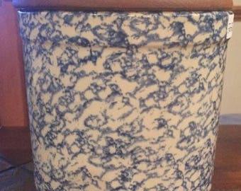 Vintage Blue Spongeware Glazed 2 Quart Pottery Crock w/ Wooden Lid. ID# 22-22