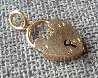 This is a beautiful quality antique 9ct yellow gold heart padlock pendent only ( LOCK NOT WORKING )