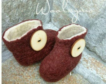 Baby shoes Wool slippers Felt slippers Baby shower gift Baby gift  Newborn gift Baby boots Unisex baby shoes with Big wood buttons