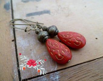 Boucles d'oreilles ethniques rouge, or et bronze, perles gravées, cadeau femme, boucles mariage bohème, fête des mères