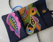 Mini sac-pochette en jean brodé main motif d'inspiration glazig