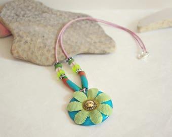 Collar elastic floral pendant