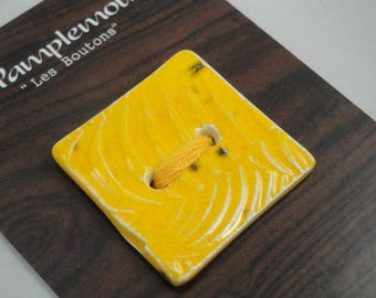 "Square button in ceramic fact-hand : ""textures"", yellow, 3 cm"