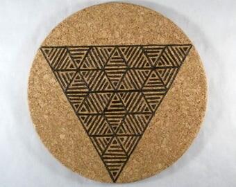 Dessous de plat liège rond pyrogravure motif géométrique triangles cuisine scandinave boheme minimaliste