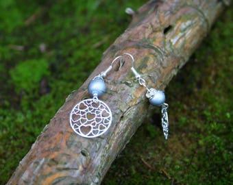 Boucles d'oreille Estampes cœurs en métal argenté et perle de verre grise avec tréfilé.