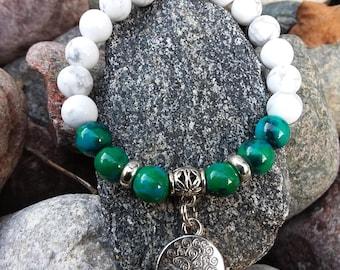 """120) Bracelet en howlite et azurite rehaussé d'une breloque """"arbre de la vie"""""""