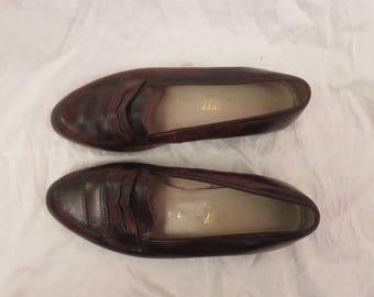 CLASSIC Leather Loafer / 80s Vintage Flats / Chocolate Brown Small Heel Shoes / Simple Minimal English Size 7