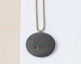 Concrete chain 'BRILLER' with brass details