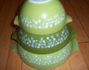 Vintage Pyrex Spring Blossom Cinderella Nesting Bowls Set of 3 with Handles Retro Daisies Daisy Flower Light Green