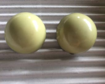 Chunky plastic green round vintage clip on earrings