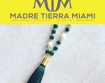 Long necklace with natural pearls and green crystals and golden chain.